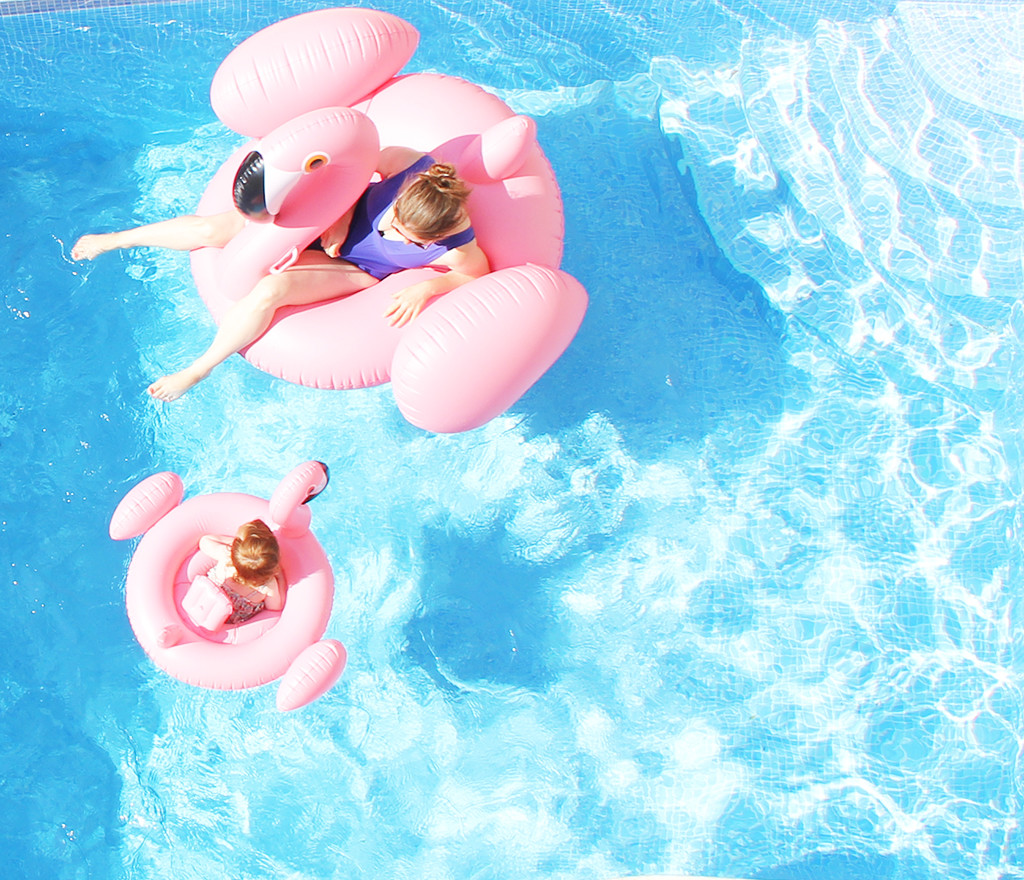 pooltime in gozo - mummy & me flamingos